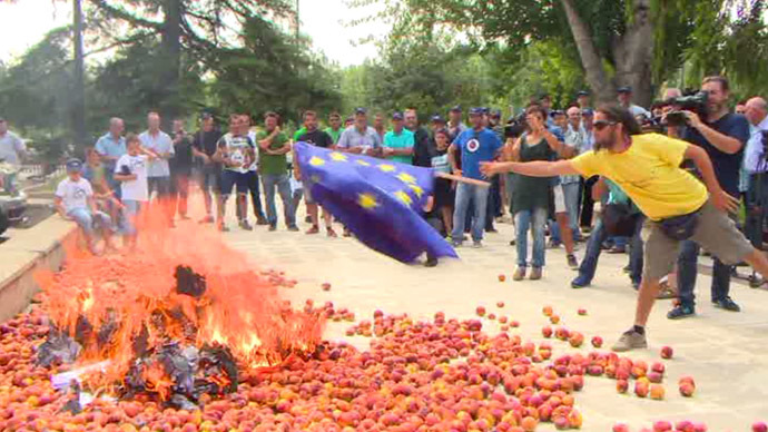 Peach protest: Spanish farmers burn EU flag in anger over Russia sanctions war (VIDEO)