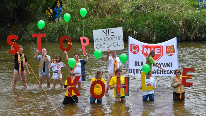 "Protestors hold up letters forming ""Stop Coal"" (Stop Kohle) while form a humain chain in the German-Polish border river Neisse in Gross Gastrose on August 23, 2014. (AFP Photo / DPA / Patrick Pleul Germany out)"