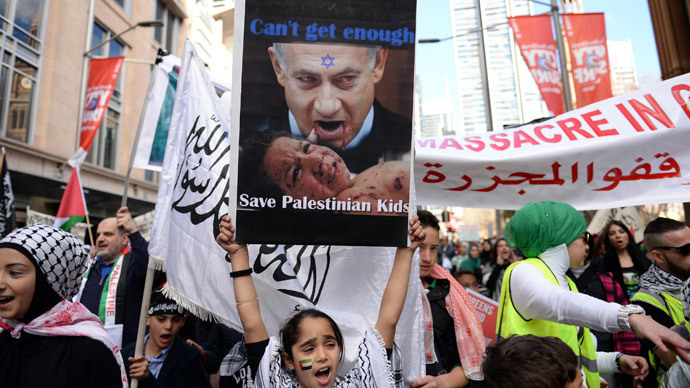 A girl (C) holds up a placard with an image of Israeli Prime Minister Benjamin Netanyahu during a rally in Sydney against Israel's military campaign in Gaza on August 3, 2014.(AFP Photo / Saeed Khan )