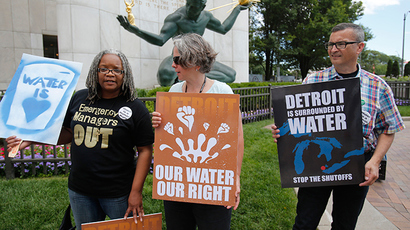 (L-R) Detroit water activists Tawana Petty, Priscilla Dziubek and Lou Novak stand outside City Hall to protest against the increase in water shutoffs for residential customers with unpaid bills during a rally in Detroit, Michigan July 24, 2014 (Reuters / Rebecca Cook)