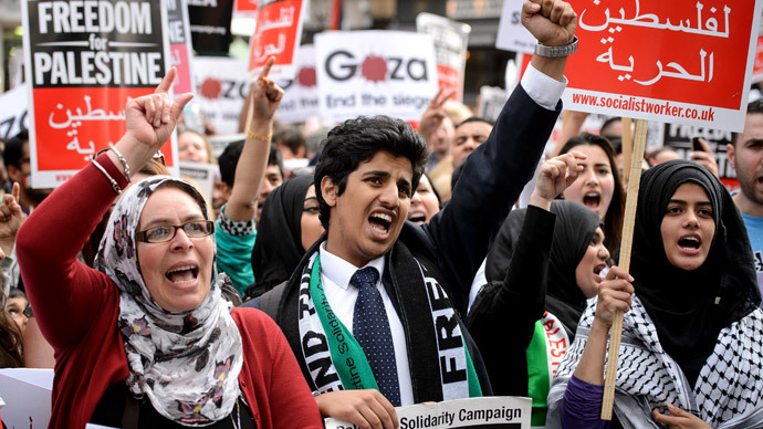 Demonstrators hold placards as they gather near the Israeli embassy in central London.(AFP Photo / Leon Neal)