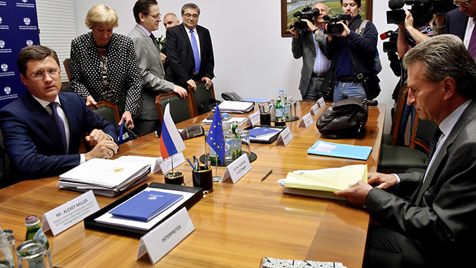 EU Energy Commissioner Guenther Oettinger (R) attends a meeting with Russia's Energy Minister Alexander Novak (L) on August 29, 2014 in Moscow. (AFP Photo / Kirill Kudryavtsev)
