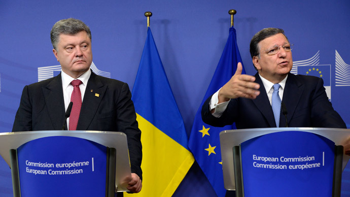 President of Ukraine Petro Poroshenko (L) and European commission president Jose Manuel Barroso give a press conference following their meeting at the EU Council building in Brussels, on August 30, 2014.(AFP Photo / Thierry Charlier)