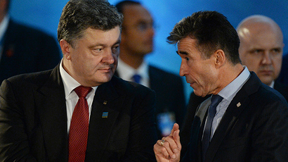 Ukraine's President Petro Poroshenko (L) and NATO Secretary General Anders Fogh Rasmussen talk during the NATO-Ukraine meeting at the NATO Summit at the Celtic Manor Resort in Newport, Wales, September 4, 2014 (Reuters / Facundo Arrizabalaga)