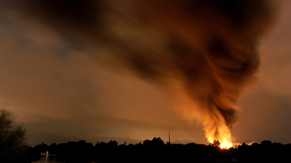Smoke rises in the sky as a factory is burning after an explosion in Ritterhude, western Germany, on September 9, 2014 (AFP Photo / DPA)