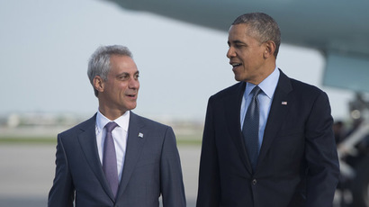 US President Barack Obama walks alongside Chicago Mayor Rahm Emanuel (L) after arriving on Air Force One at Chicago O'Hare International Airport in Chicago, Illinois on May 22, 2014. (AFP Photo/Saul Loeb)