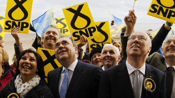 Scotland's First Minister and leader of the Scottish National Party (SNP) Alex Salmond (C). (Reuters/David Moir)