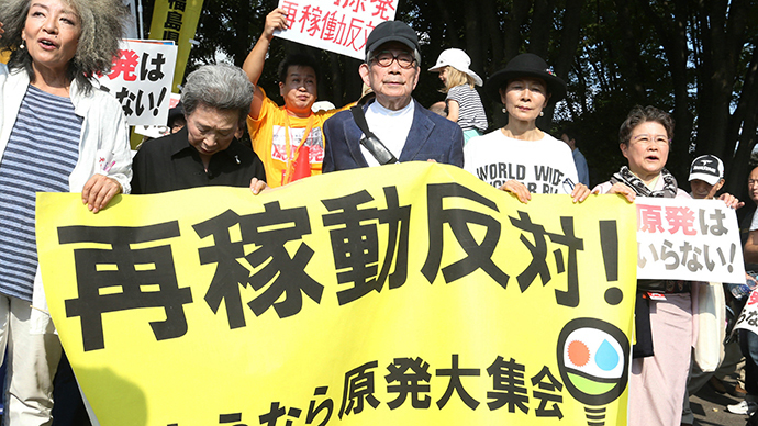 Anti-nuclear demonstrations, including Nobel literature laureate Kenzaburo Oe (C), march in Tokyo on September 23, 2014. (AFP Photo / JIJI Press)