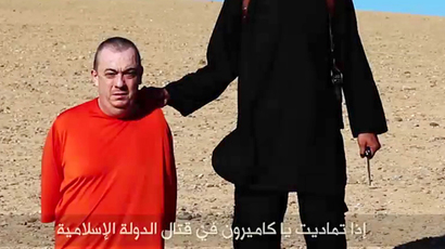 An image grab taken from a video released by the Islamic State (IS) and identified by private terrorism monitor SITE Intelligence Group on September 13, 2014 purportedly shows a masked militant (R) threatening to execute British hostage Alan Henning (AFP Photo / HO / SITE)