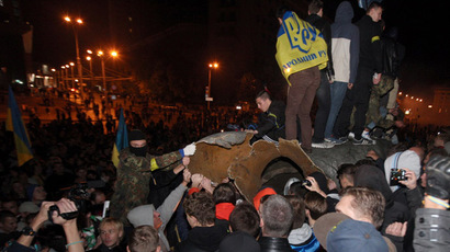 Unknown persons topple a monument to Lenin in Kharkov. (RIA Novosti/ Sergey Kozlov)