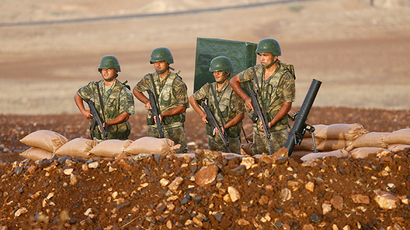 Turkish soldiers stand at a position on the Turkish-Syrian border near the southeastern town of Suruc in Sanliurfa province, September 24, 2014 (Reuters / Murad Sezer)