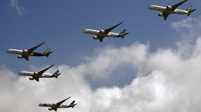 Five A350 XWB planes of European planemaker Airbus take part in test flights at the Airbus headquarters in Blagnac (Haute-Garonne) on September 29, 2014.(AFP Photo / Pascal Pavani)