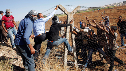 Syrian Kurds pull down a part of the Turkish-Syrian border fence, near the southeastern town of Suruc in Sanliurfa province September 26, 2014 (Reuters / Murad Sezer)