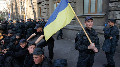 Dozens hurt and arrested after Ukrainian nationalists attack parliament (VIDEO)