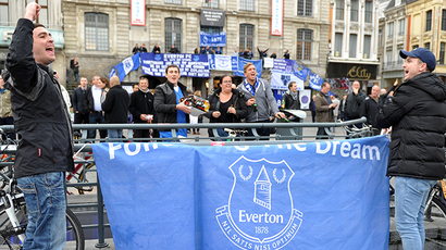 Everton supporters gather on October 23, 2014 on the Grand Place, the major square of the northern French city of Lille, hours before a UEFA Europa League football match Lille-Everton at the Pierre-Mauroy stadium in Villeneuve d'Ascq (AFP Photo / Framcois Lo Presti)