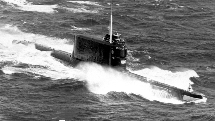 An aerial starboard bow view of a Soviet Golf II class ballistic missile submarine underway. (image from wikipedia.org y Victor12)