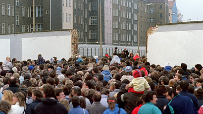 Thousands of East Berliners queue along the Berlin Wall before crossing a section already destroyed overnight between East Berlin and the no-man's land, at Eberswalderstrasse, on November 11, 1989 in order to enjoy sightseeing and shopping at West (AFP Photo)