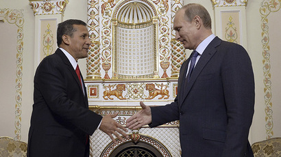 Peru's President Ollanta Humala (L) shakes hands with his Russian counterpart Vladimir Putin during a meeting at the Novo-Ogaryovo state residence outside Moscow, November 7, 2014. (Reuters/Alexander Nemenov)