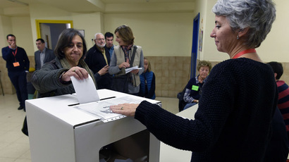 People cast their ballots on November 9, 2014 in a school in Barcelona to vote in a symbolic ballot on whether to break away as an independent state, defying fierce challenges by the Spanish government. (AFP Photo/Lluis Gene)