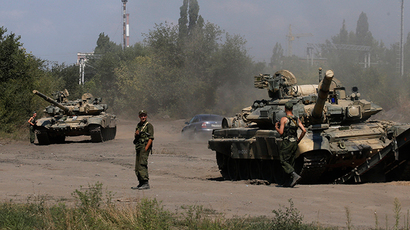 Russian soldiers are pictured next to tanks in Kamensk-Shakhtinsky, Rostov region, near the border with Ukraine, August 23, 2014 (Reuters / Alexander Demianchuk)