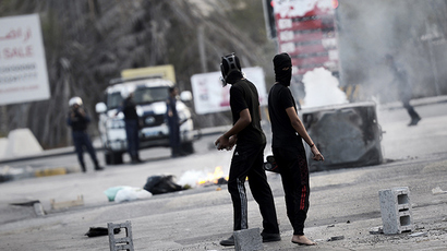 Bahraini protesters clash with riot police during a demonstration against the ongoing parliamentary elections in the village of Sanabis, west of Manama on November 22, 2014 (AFP Photo / Mohammed Al-Shaikh)