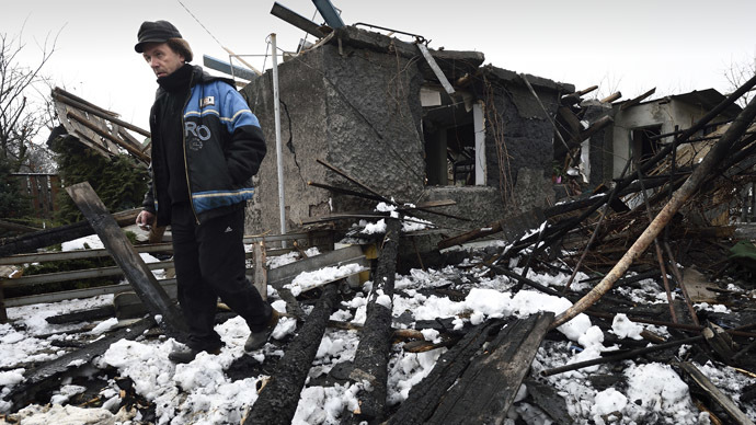 A man stands next to his house destroyed overnight by shelling in the Kuibishevskiy district of the eastern Ukrainian city of Donetsk , controlled by pro-russian fighters, on December 9, 2014. (AFP Photo)
