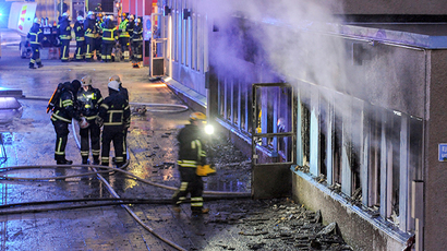 Firemen work as smoke billows from the windows of a mosque in Eskilstuna December 25, 2014 (Reuters / Pontus Stenberg)