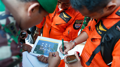 Indonesian military pilots look at a flight plan before setting out for a search mission for AirAsia's Flight QZ8501 in Pangkal Pinang, Bangka island December 30, 2014 (Reuters / Darren Whiteside)