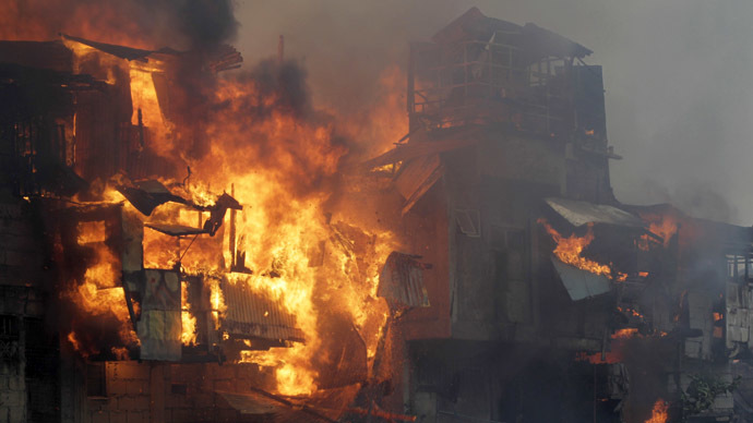 A raging fire engulfs houses in Quezon city, metro Manila January 1, 2015. (Reuters)