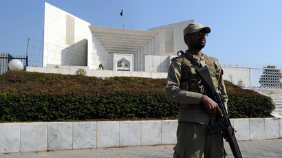 A Pakistani paramilitary soldier stands guard outside the Supreme Court building in Islamabad (AFP Photo / Aamir Qurehsi)