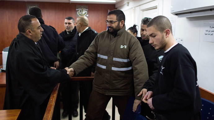 Palestinian Hussam Kawasmeh (C), a member of the militant Hamas Islamist group, shakes hands with his lawyer in a courtroom at Ofer military court near the West Bank city of Ramallah January 6, 2015.(Reuters / Ronen Zvulun)