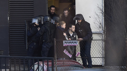 French police special forces evacuate local residents on January 9, 2015 in Porte de Vincennes, eastern Paris. (AFP Photo/Martin Bureau)