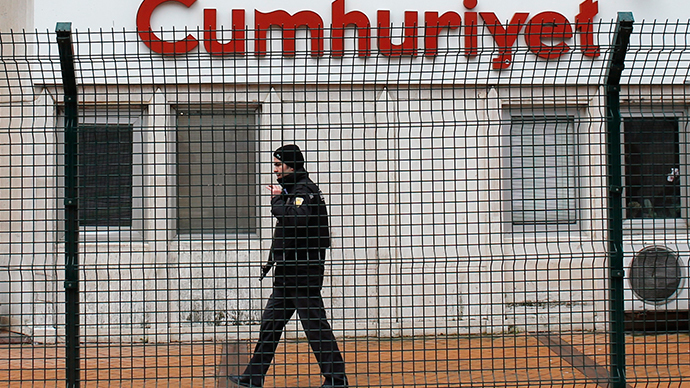 A private security employee stands guard at the entrance of daily newspaper Cumhuriyet's offices, in Istanbul January 14, 2015.  (Reuters / Murad Sezer)