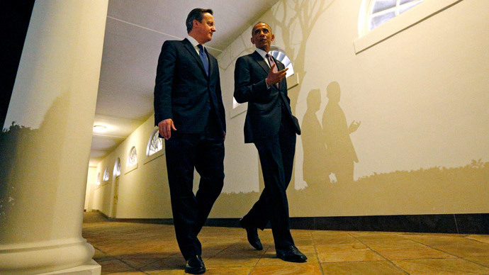 British Prime Minister David Cameron and U.S. President Barack Obama walk the Colonnade from the Oval Office to the Residence for a working dinner at the White House in Washington January 15, 2015.(Reuters / Kevin Lamarque)