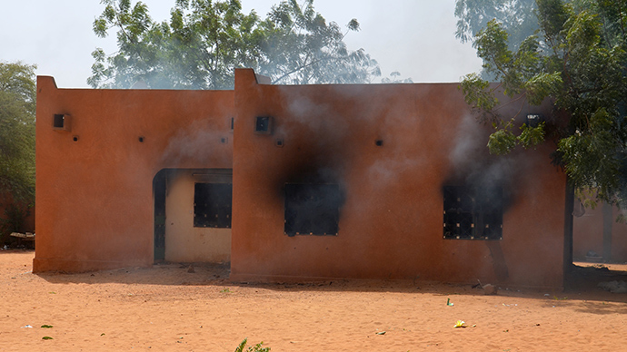 Smoke billows from a church set on fire by protesters during a demonstration against French weekly Charlie Hebdo's publication of a cartoon of the Prophet Mohammed in Niamey, on January 17, 2015 (AFP Photo / Boureima Hama)