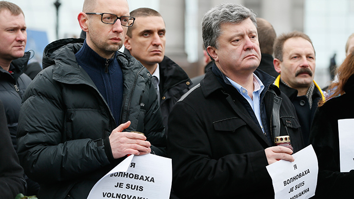 Ukrainian President Petro Poroshenko (R, front) and Prime Minister Arseny Yatseniuk (L, front) take part in a peace march in tribute to the victims onboard a passenger bus, which came under fire near the town of Volnovakha, in Kiev, January 18, 2015 (Reuters / Gleb Garanich)