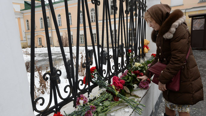 A woman lays flowers at the fence of the Armenian Embassy in Moscow in connection with Gyumri tragedy. (RIA Novosti/Artem Zhitenev)