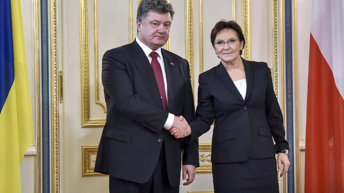 Ukrainian President Petro Poroshenko (L) shaking hands with Polish Prime Minister Ewa Kopacz prior to their talks in Kiev on January 19, 2015 (AFP Photo / Presidential Press-Service / Mykola Lazarenko)