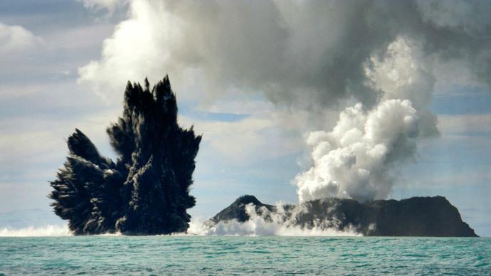 FILE PHOTO: Smoke is seen after an underwater volcano erupted in Hunga Ha'apai, Tonga March 18, 2009.(Reuters / Matangi Tonga)