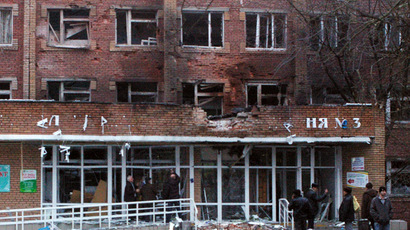 Passers-by outside City Hospital No.3 in Shevchenko Boulevard in Donetsk's Kalininsky District after the building was hit with an artillery shell during the city's shelling by the Ukrainian army. (RIA Novosti/Mikhail Parhomenko)
