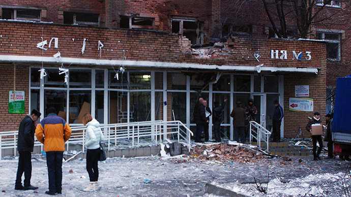 Passers-by outside City Hospital No.3 in Shevchenko Boulevard in Donetsk's Kalininsky District after the building was hit with an artillery shell during the city's shelling by the Ukrainian army (RIA Novosti / Mikhail Parhomenko)