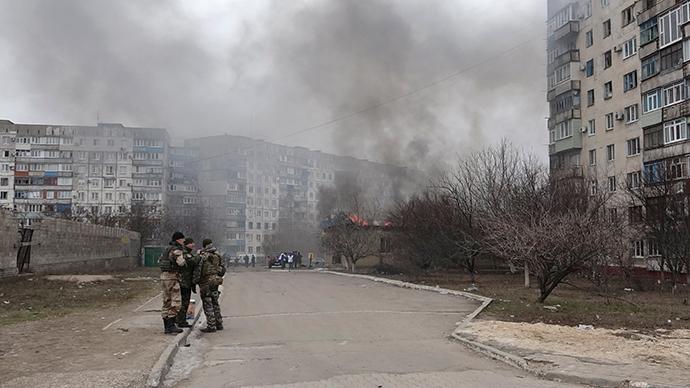 Ukrainian servicemen stand guard on a street in Mariupol, eastern Ukraine, January 24, 2015 (Reuters / Nikolai Ryabchenko)