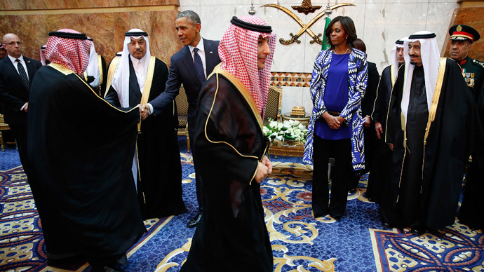 U.S. President Barack Obama receives members of the Saudi Royal family, government officials and guests as first lady Michelle Obama and Saudi Arabia's King Salman (R) look on at Erga Palace in Riyadh, January 27, 2015.(Reuters / Jim Bourg)