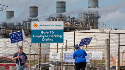 Workers from the United Steelworkers (USW) union walk a picket line outside the Shell Oil Deer Park Refinery in Deer Park, Texas February 1, 2015.(Reuters / Richard Carson )