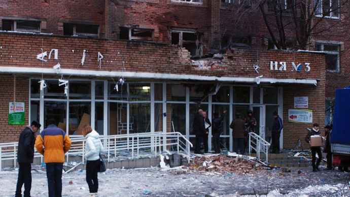 Passers-by outside City Hospital No.3 in Shevchenko Boulevard in Donetsk's Kalininsky District. (RIA Novosti/Mikhail Parhomenko)