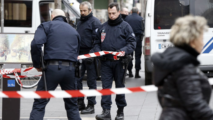 Security Police Forces cordon off the area where three soldiers, patrolling outside a Jewish Community Center as part of the country's Vigipirate security measures, were attacked by a man with a bladed weapon, on February 3, 2015 in downtown Nice, southeastern France. (AFP Photo/Valery Hache)