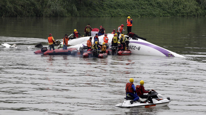 TransAsia plane crashes into Taiwan river, up to 23 dead (VIDEO)