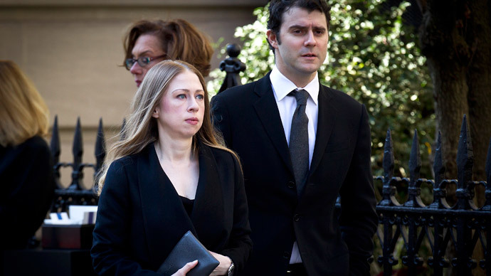 Chelsea Clinton and husband Marc Mezvinsky arrives at St. Ignatius Loyola church for fashion designer Oscar de la Renta's memorial service in the Manhattan borough of New York.(Reuters / Carlo Allegri)