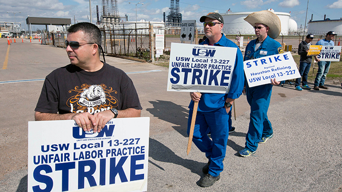 Workers from the United Steelworkers (USW) union walk a picket line outside the Lyondell-Basell refinery in Houston, Texas February 1, 2015.  (Reuters / Richard Carson)