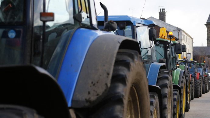 Polish farmers ride tractors to Warsaw, demand aid after Russian trade ban (VIDEO)